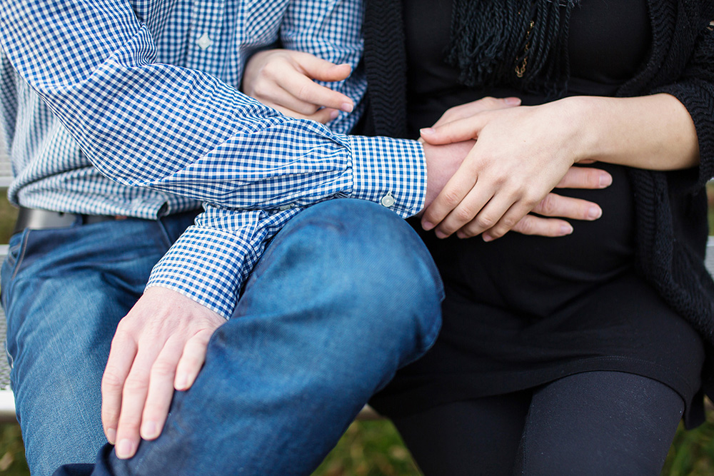 10_couple-hands-pregnancy-love