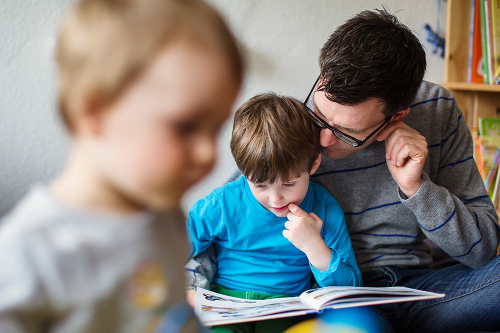 06_boy-reading-with-dad