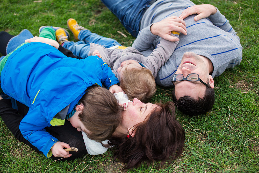 12a_family-portrait-family-on-grass