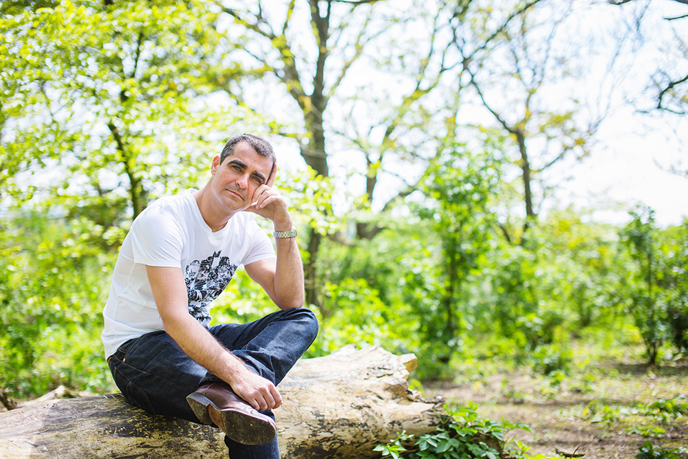 07_Man-sitting-sunny_Devils-dyke_portrait_session_Brighton